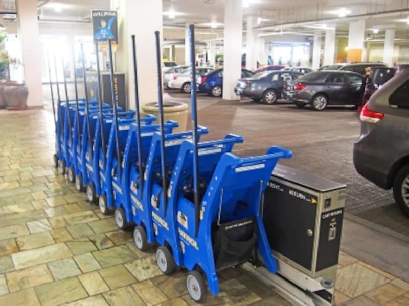 アラモアナセンターでレンタルできるベビーカーは、プラスチック製のカートでお昼寝には不向き