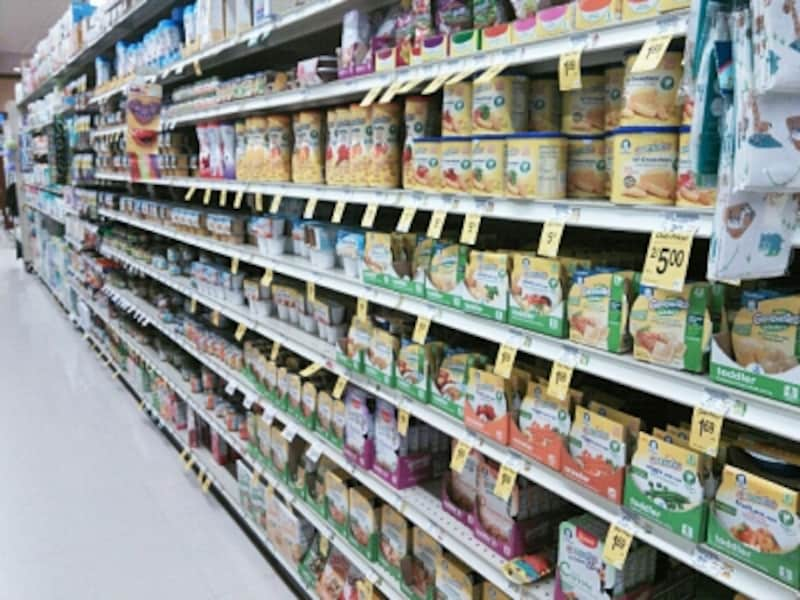スーパーのベビーフードコーナー。種類は豊富だが、日本の赤ちゃんの口に合うかは……
