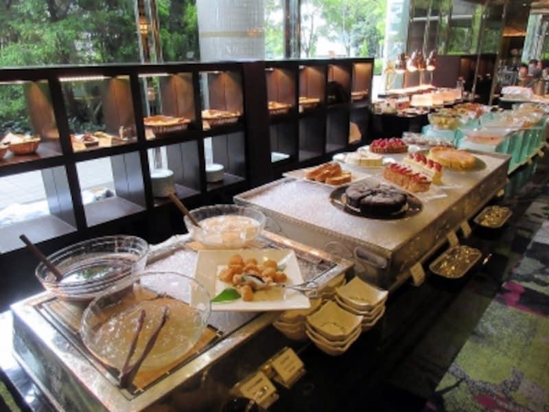 SATSUKIパンとデザートのブッフェ台