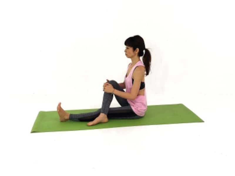 背骨を伸ばして、姿勢を整えます。坐骨(お尻の骨)から踵まで一直線。坐骨から上体をまっすぐ一直線。お腹を腰に引き寄せ、姿勢を安定させてください。