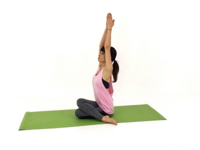 体側を伸ばし、上半身の伸びを感じならゆっくりと呼吸を繰り返しましょう。