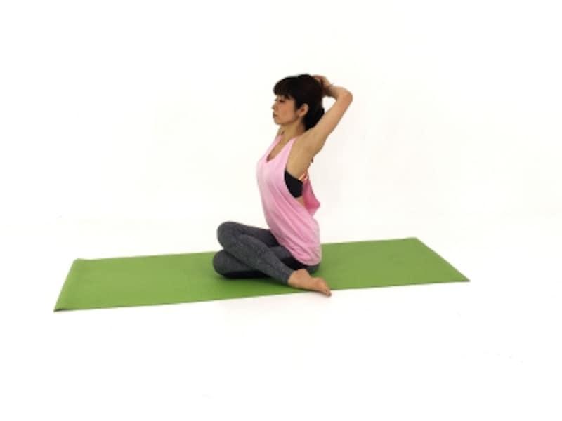 肘を上に押しあげて体の前側を引き上げ、体の後ろ側はゆるやかに縮むイメージで腰が反り過ぎないように注意しましょう。