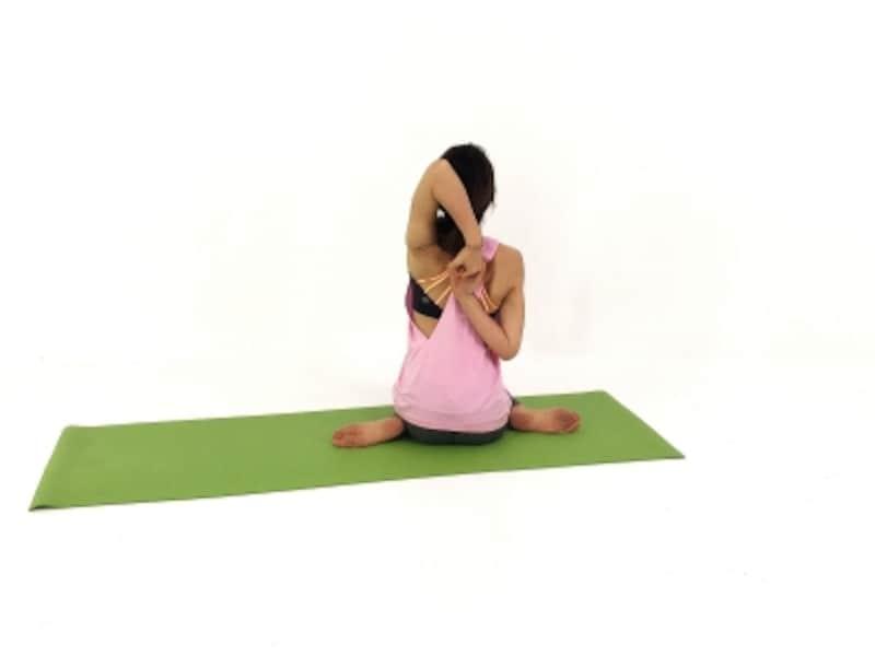 つま先は後ろに向けて、足首を痛めないように注意しましょう。肩の柔軟性を養うには、無理をせずにタオルの端を持ち、徐々に手を近づけるようにしましょう。