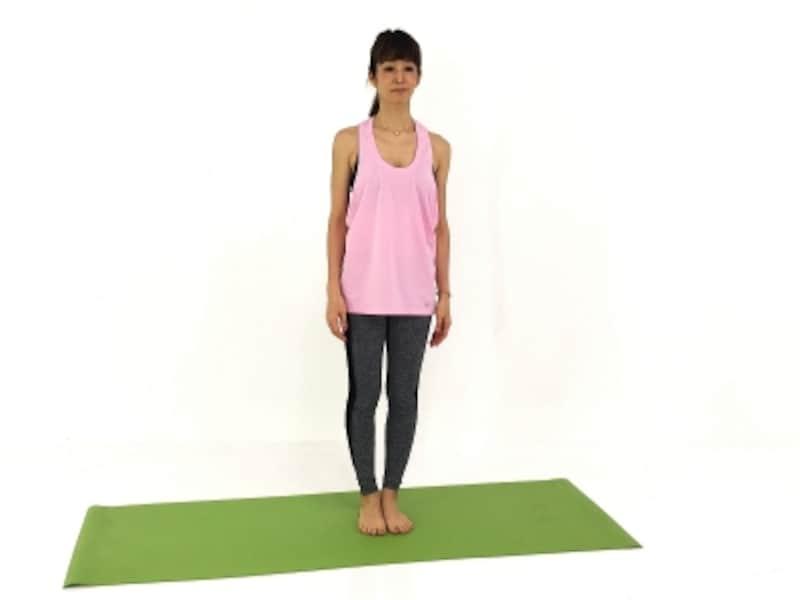 縮こまった首筋や詰まった背骨が気持ちよく伸びるイメージで、姿勢を正しましょう。