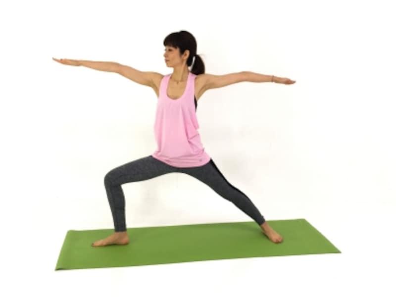 右踵の上に膝がくるように、膝の向きに注意。肩が上がり過ぎないように注意。