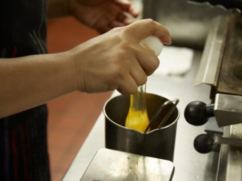 お店で常温にした卵を1づつ手で割って調理する