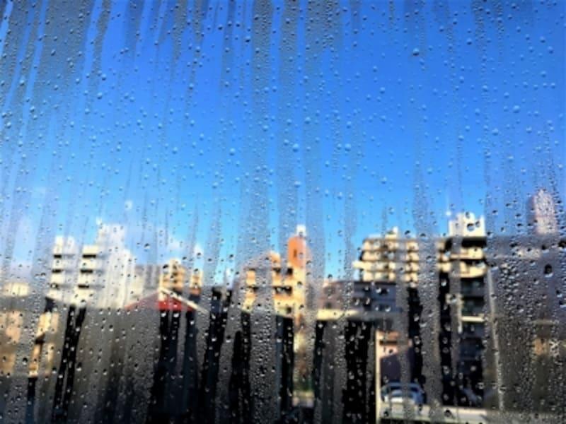 新築マンションを買って冬に窓に結露がびっしり発生したら、残念ながら窓でコストダウンした可能性が高いです