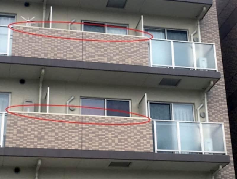 バルコニーの天端を吹き付けタイルにしている例(イメージ)