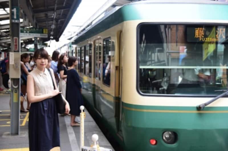 取材に同行したAllAbout編集部のMOEさんにモデルになってもらいました。まずは、鎌倉駅から江ノ電に乗って、長谷に向かいます。
