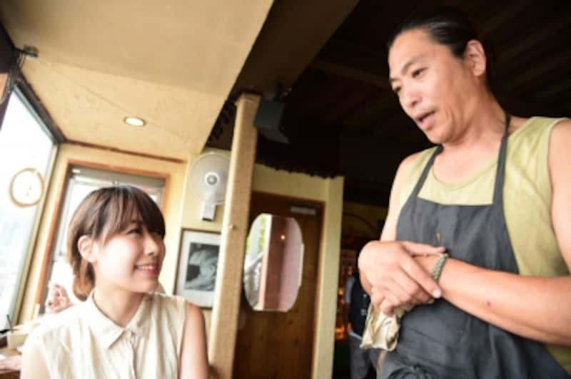 『麻心』オーナーのSHINJIさん(右)