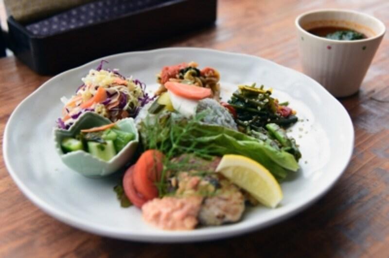 Magokoroプレート(日替わり)は、麻の実食品と旬の野菜、自家製発酵食品をふんだんに使った体に優しいプレート。MOEさんの感想は、「食欲そそるヘンプオイルを使ったナムルが特に好きでした。ごはんがすすみます。」