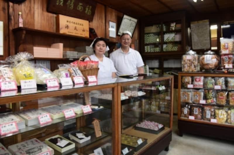 『力餅家』店内の様子。ご主人の安齊正好さん(右)と奥様
