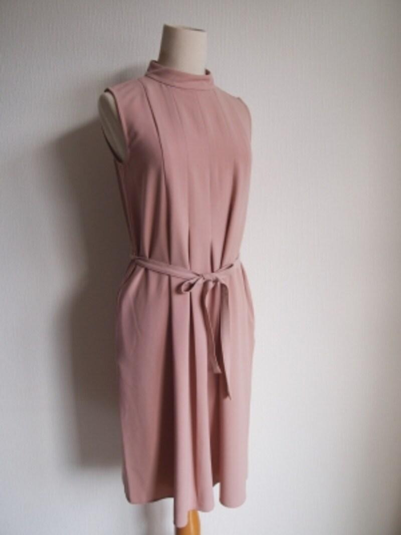 膝上くらいのスカート丈も上品