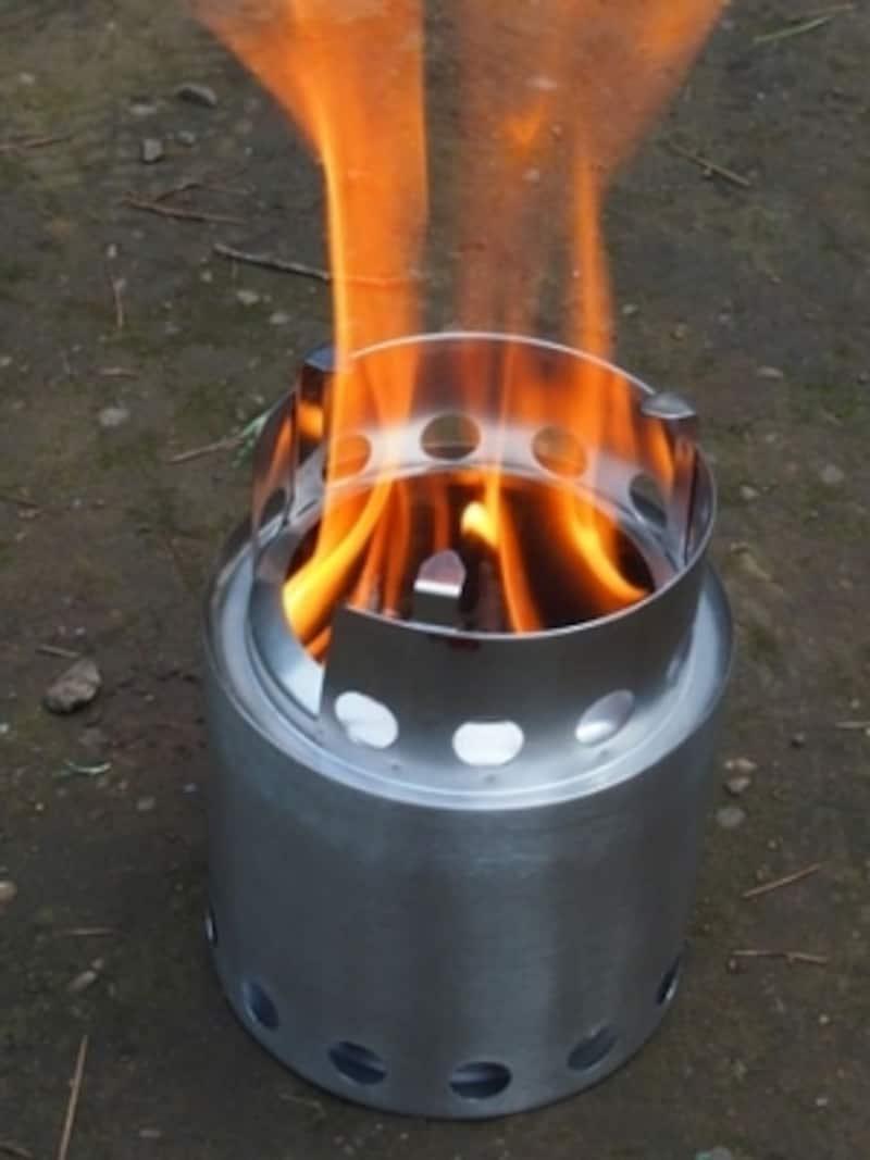 焚き火用ソロストーブに着火