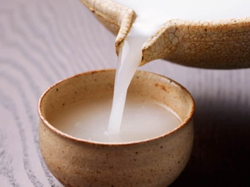 「口噛み酒」は日本酒のルーツとも言われる「どぶろく」(写真)に近いイメージ
