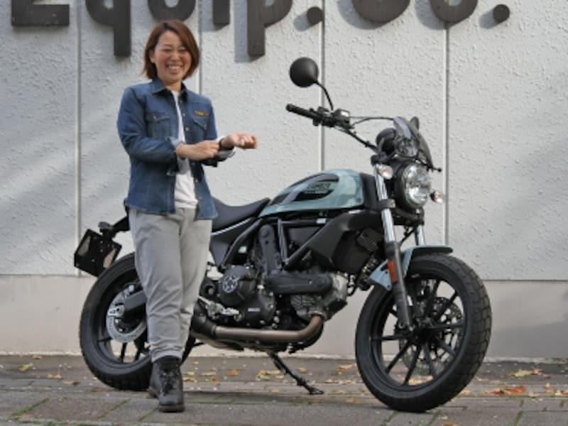 ドゥカティジャパンのスタッフ原佐知子さんと愛車スクランブラーSIxty2