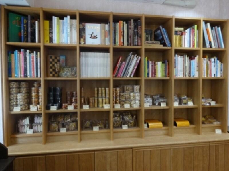 「ラトリエモトゾー」の焼き菓子の棚には、菓子や料理の専門書がずらりと並ぶ