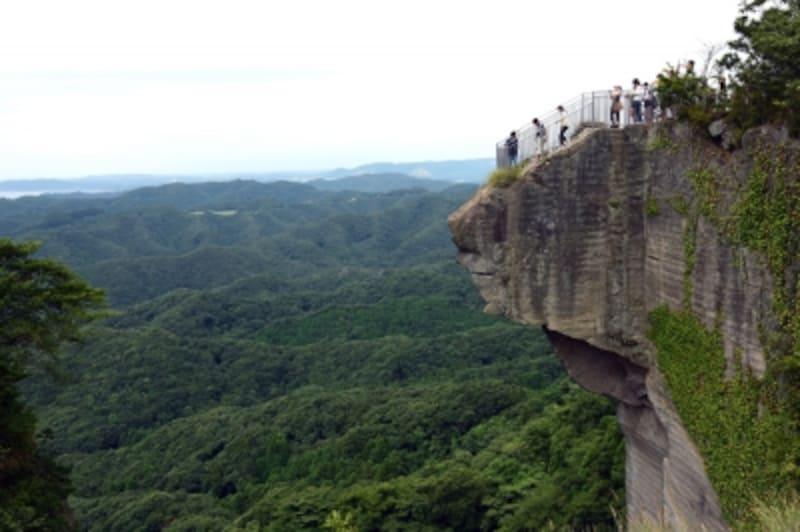 垂直に切り立った岩壁のてっぺんから突きだした展望台は、足がすくむような高さ!