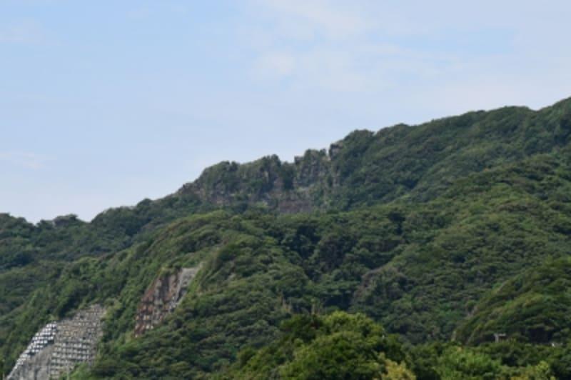 山頂付近の切り立ったギザギザの岩肌が「ノコギリ」の刃のように見える