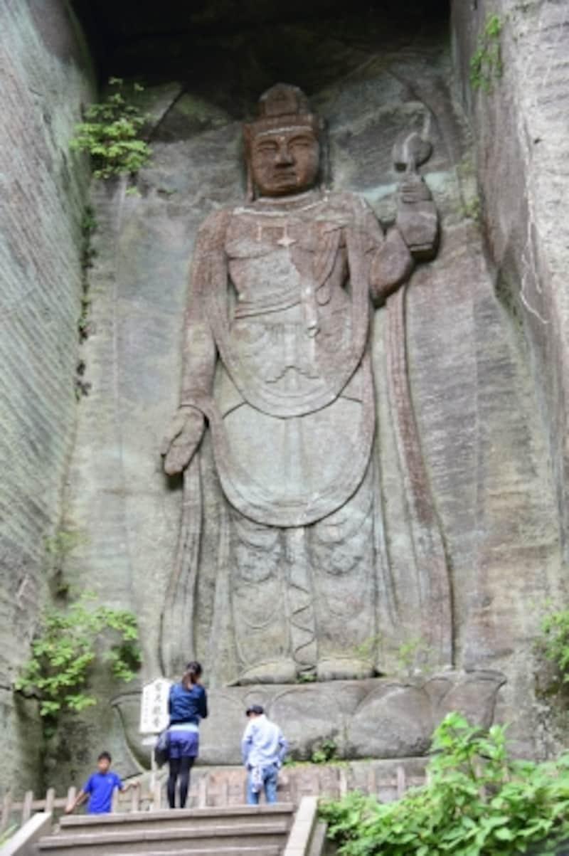 「百尺観音」は、採石場跡のやや奥まった場所に彫られており、周囲の様子は、まるで古代神殿のよう