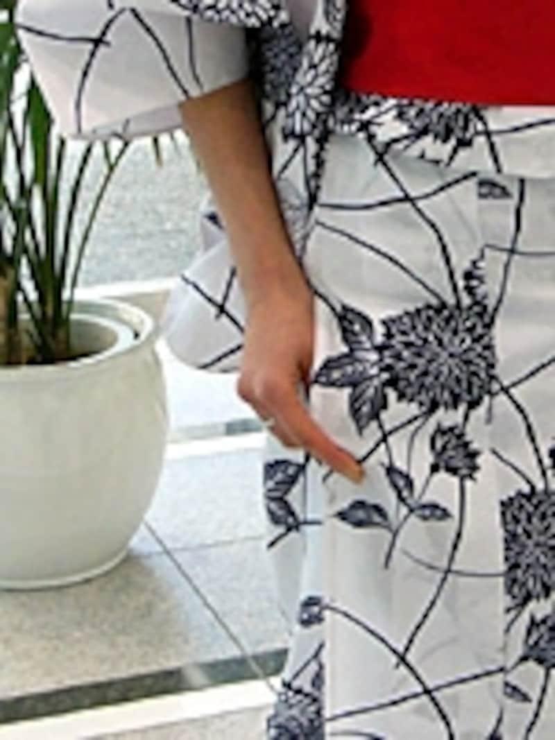褄を持つ仕草は和装の基本