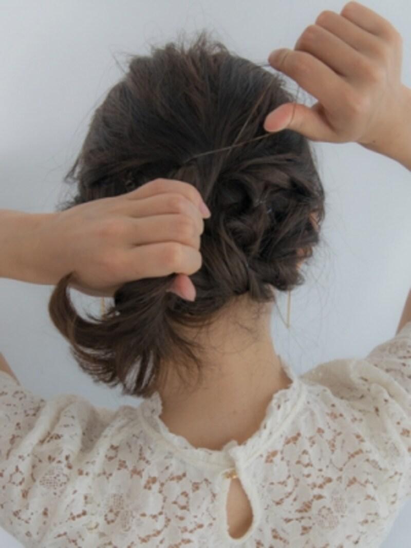 ハチ上の髪を頭の真ん中くらいで結ぶ