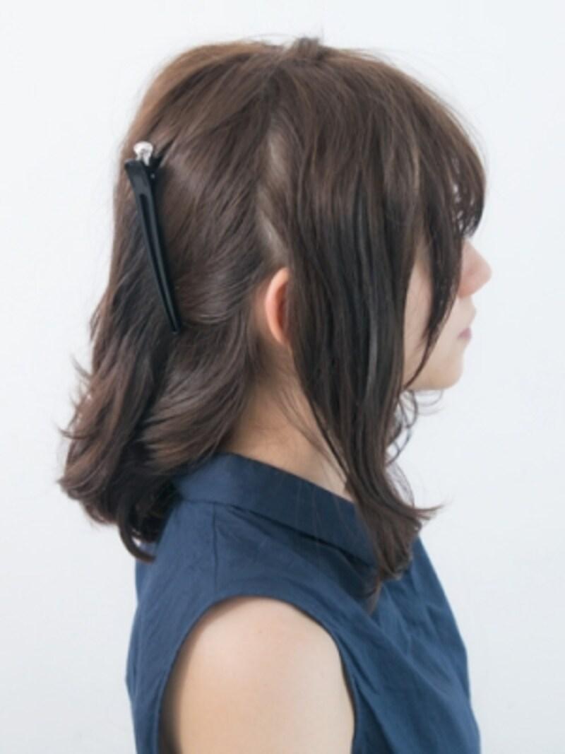 耳後ろのラインで髪をざっくり分ける