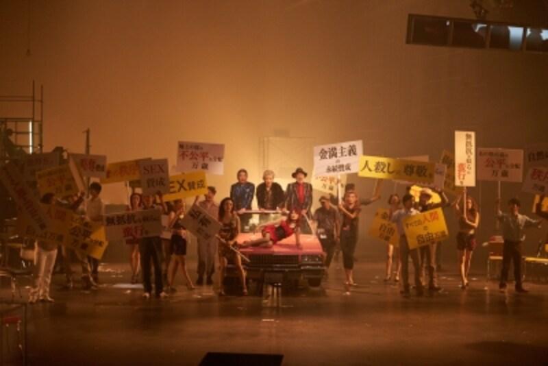 『マハゴニー市の興亡』写真提供:KAAT神奈川芸術劇場