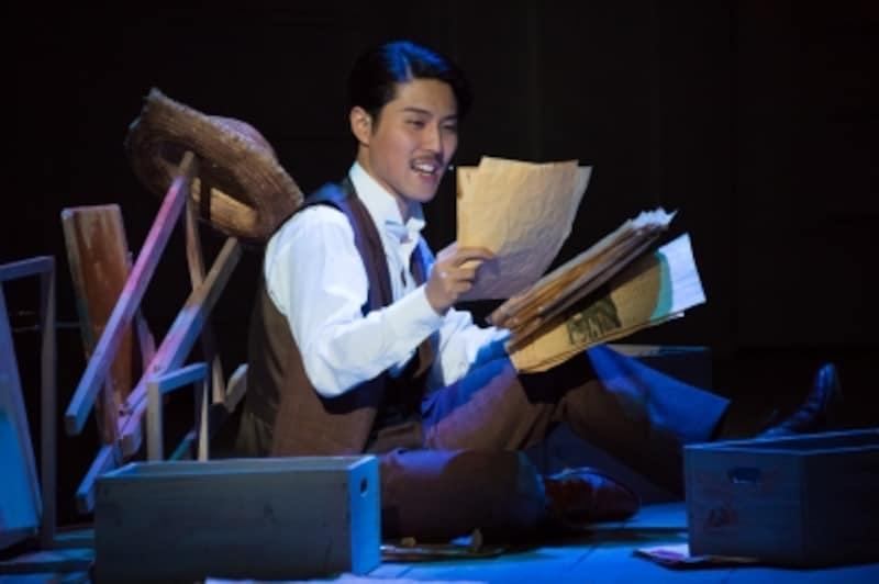 入野自由undefined東京都出身。声優として活躍する一方、近年は『屋根の上のヴァイオリン弾き』『宝塚BOYS』『HEADSUP!』等舞台にも積極的に出演。声優界では誰もが知る存在ながら、舞台俳優としては「まだまだこれから」と率直に、思慮深く語る姿に大きな器を感じさせます。