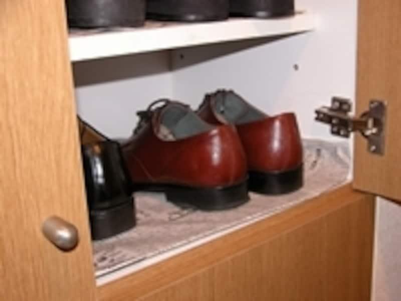 靴箱の湿気対策にも新聞紙が活躍