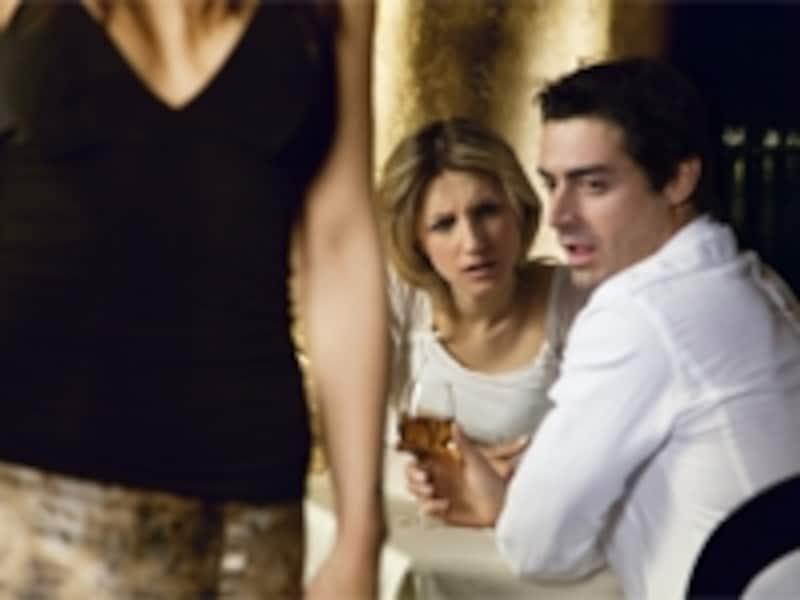 離婚の原因が浮気の場合、配偶者だけではなく、その相手にも慰謝料の請求ができることもあります