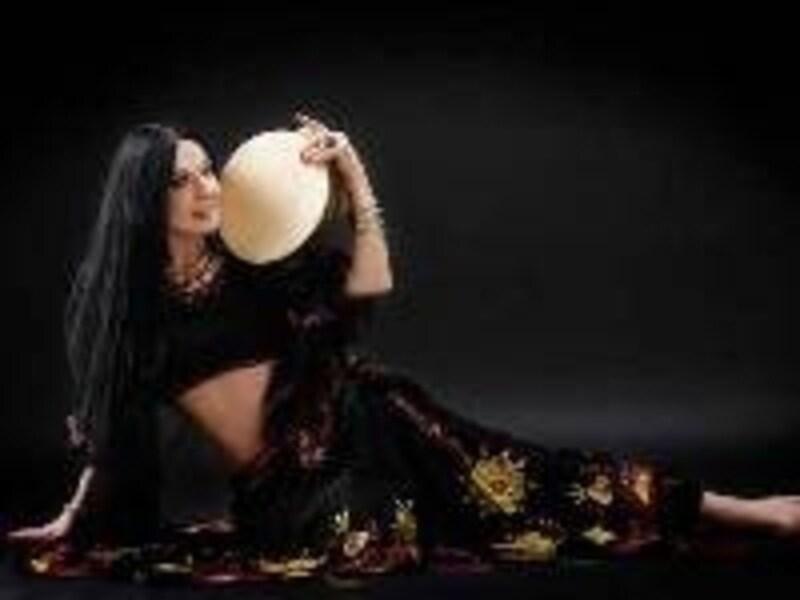 指導に従事する傍ら、今でも現役で踊る事も(©semayildiz.com)