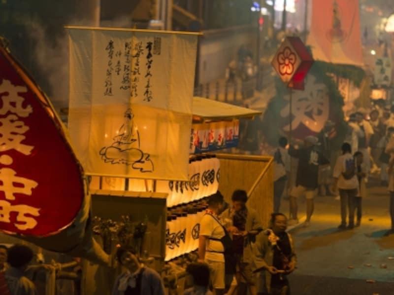 各地にさまざまな精霊流しがありますが、長崎の精霊流しは大変賑やかです