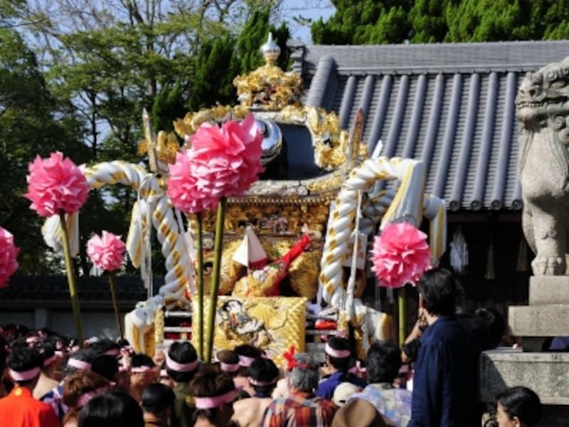 神輿(みこし)は神の乗り物なので、神社を出て地域をめぐり、神社に帰ってきます