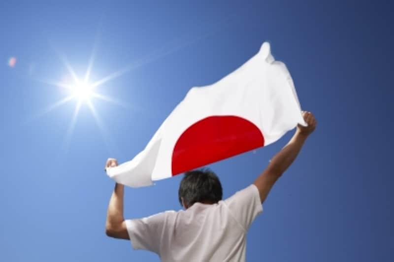 日の丸を掲げる男性