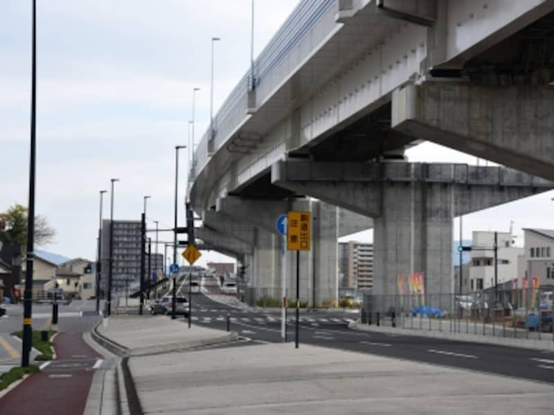 すずの故郷、江波。2014年に全線開通したばかりの広島高速3号線が頭上を走る