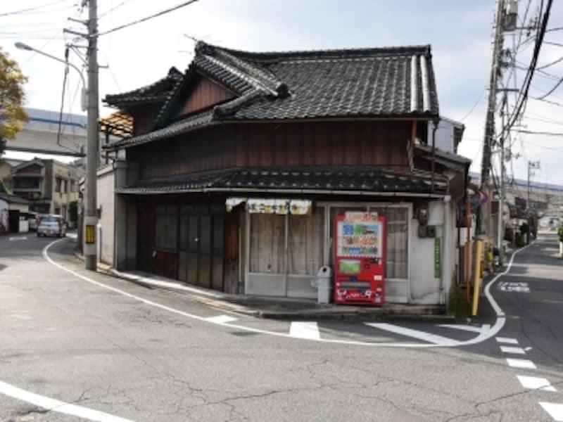 映画にも登場する「松下商店」の建物。小学校に通うすずが、店の前を走っていた
