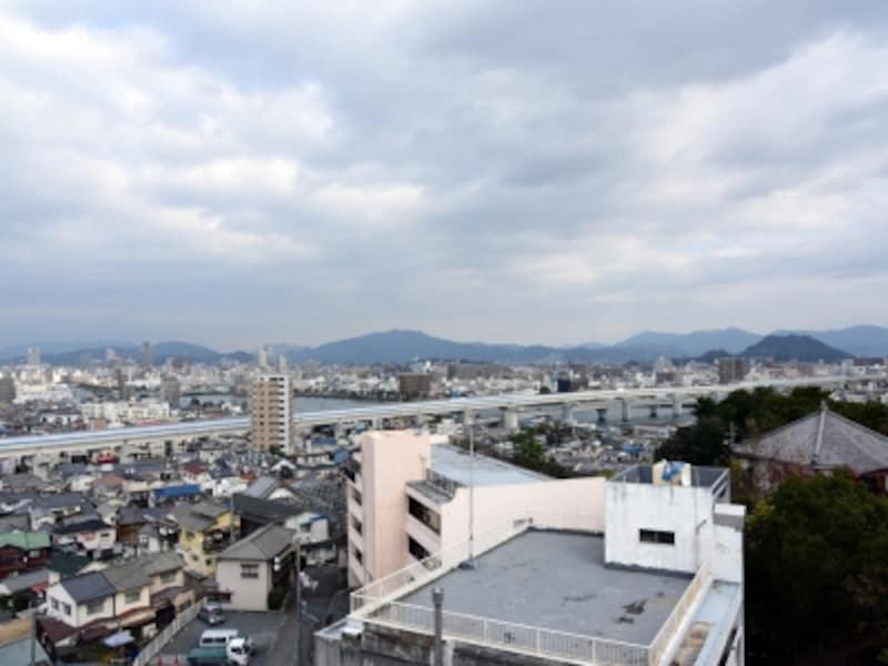 「江波山気象館」の屋上からは、江波の街並みも一望できる