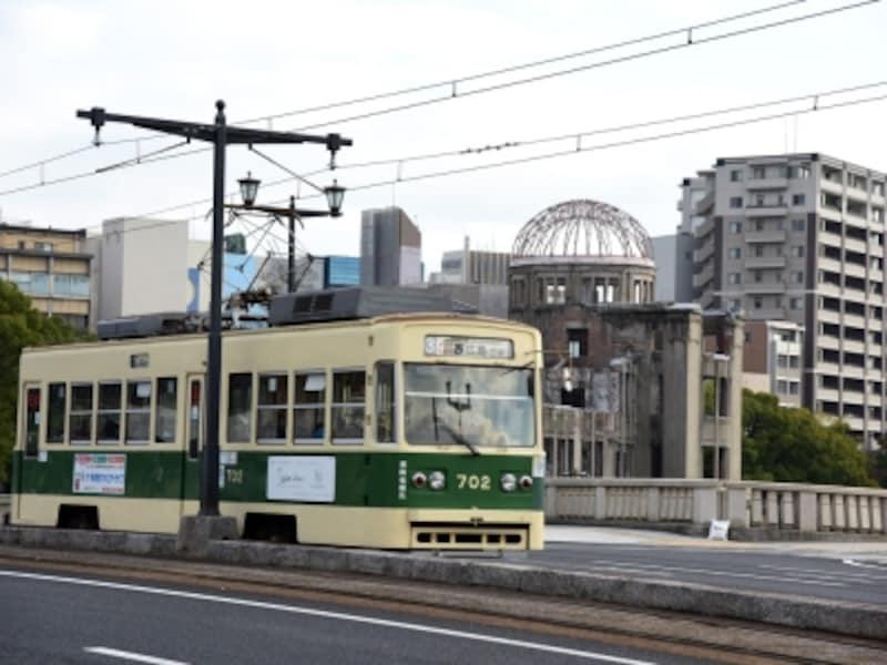 相生橋上を走る路面電車と原爆ドーム。相生橋は、とても珍しいT字型の橋で目立つことから、原爆投下の目標とされた