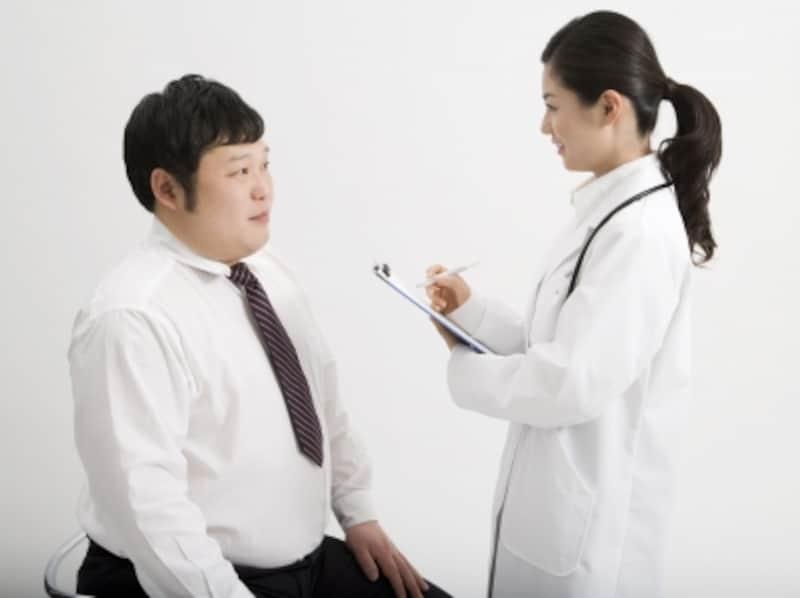 医師の説明を受ける男性