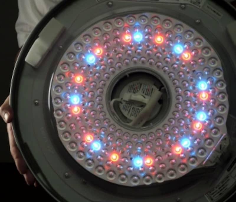 まなびのあかりでは、LEDシーリングに不足がちな青緑色と赤色の成分がプラスされる
