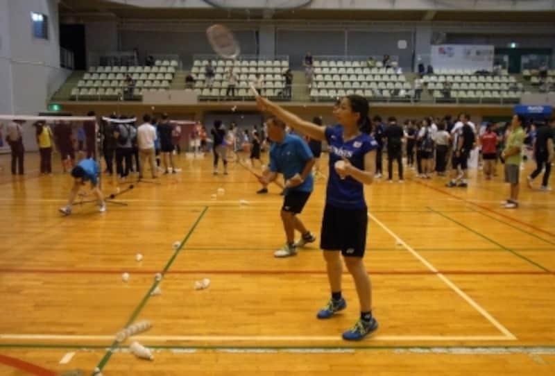 レッスンで子どもの相手をしている松友選手