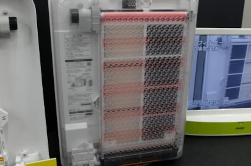 本体背面にあるプレフィルターを自動で掃除してくれる