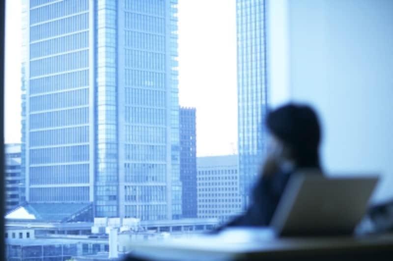 窓辺に座る男性