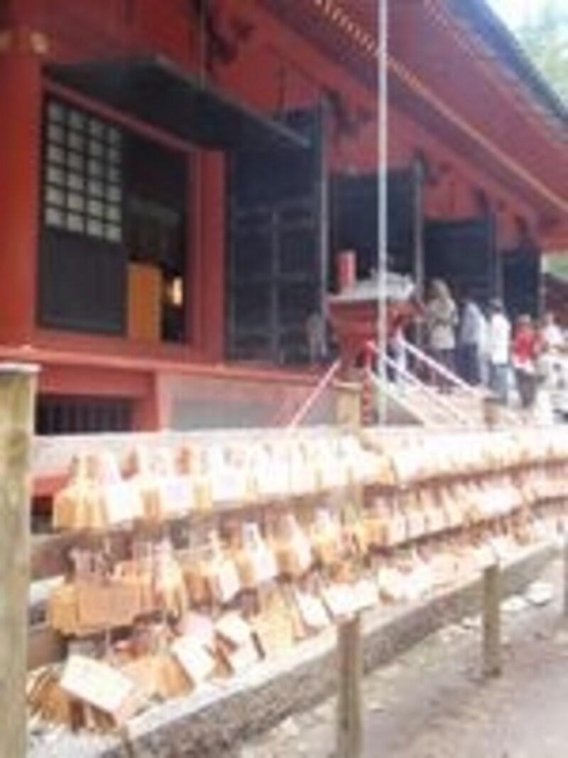 拝殿の前には縁結びを願う、たくさんの絵馬が