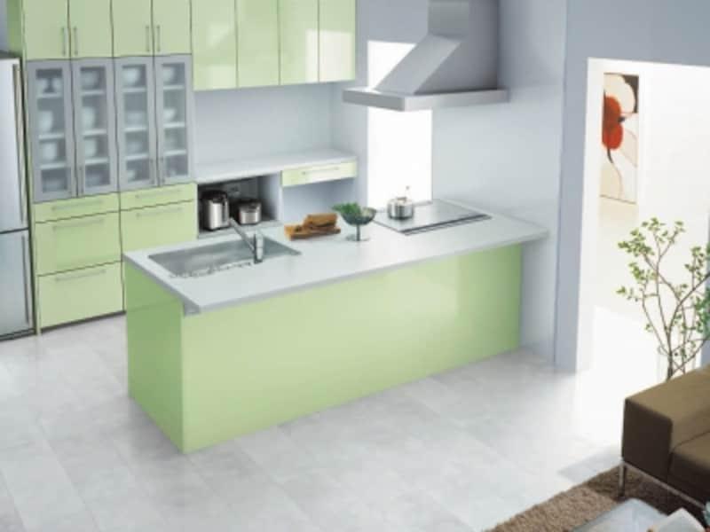 人気の対面キッチンに多くみられる、背面キャビネットに家電を収納するプラン。[ミッテ]undefinedTOTOundefinedhttps://jp.toto.com/