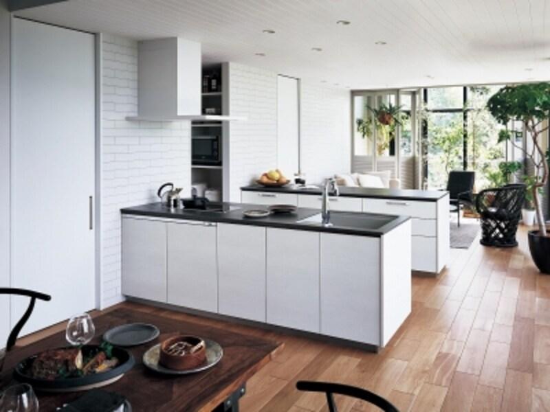 キッチンにパントリーを隣接させることで、キッチンスペースはすっきりと。[Lクラスキッチン]undefinedパナソニックエコソリューションズundefinedhttp://sumai.panasonic.jp/