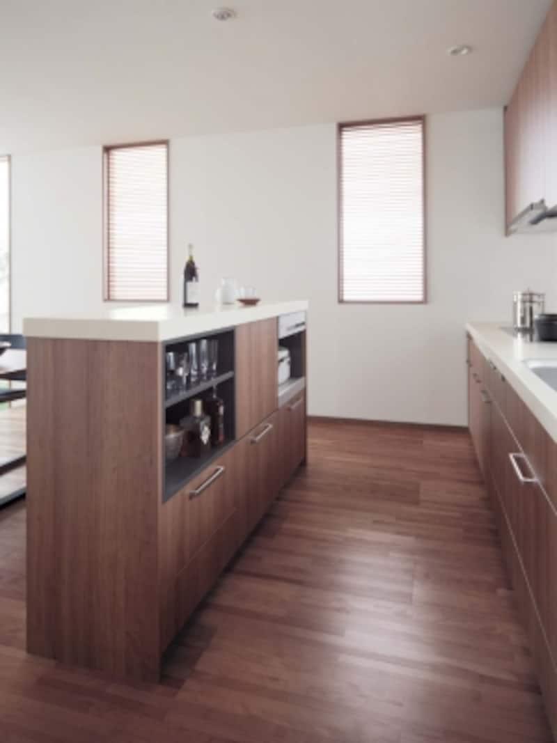 ダイニングとキッチンの間にカウンターキャビネットを設けて、日々使用する家電を収納したプラン。[Lクラスキッチン]パナソニックエコソリューションズundefinedhttp://sumai.panasonic.jp/