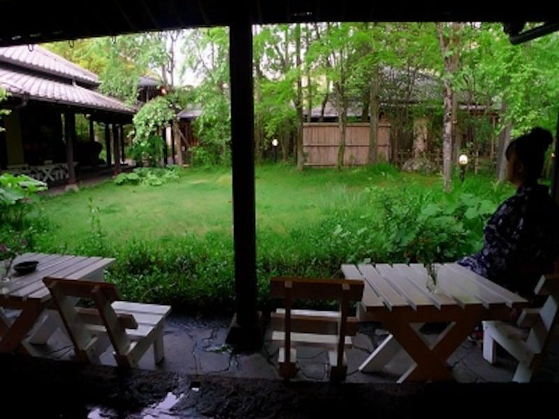 由布院玉の湯を代表するテラス。滞在が深まるにつれ、この庭の印象が確実に変化して行く