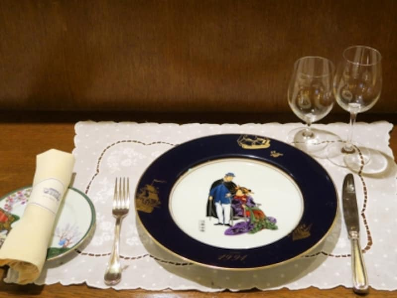 料理を食べる前に楽しんでいただきたいのが飾り皿。「横浜焼き」の絵皿で、横浜開港当時の浮世絵が描かれています(2016年9月16日撮影)